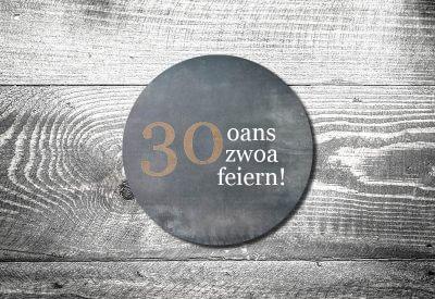 kartlerei bierdeckel drucken bayern bayrisch einladungskarten oans zwoa feiern 400x275 - Geburtstagseinladung auf Bayrisch