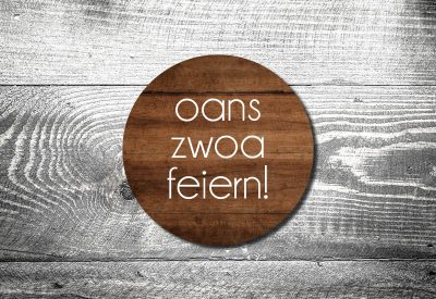kartlerei bierdeckel drucken bayern bayrisch einladungskarten oans zwoa feiern holz 400x275 - Geburtstagseinladung auf Bayrisch