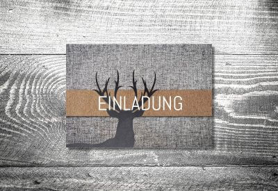 kartlerei karten drucken bayern geburtstagseinladungskarten bayrisch heimatgefuehl grauer hirsch 400x275 - Geburtstagseinladung auf Bayrisch