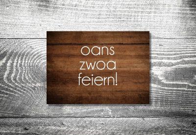 kartlerei karten drucken bayern geburtstagseinladungskarten bayrisch heimatgefuehl oans zwoa feiern holz 400x275 - Geburtstagseinladung auf Bayrisch