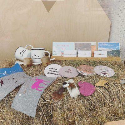 kartlerei store dorfstrasse 24 kiefersfelden bayrische geschenke souvenirs alpenstyle schaufenster 400x400 - kartlerei store - Geschenke & Souvenirs im Alpenstyle